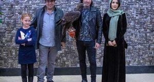عکس حضور رضا یزدانی با یک عقاب در اکران فیلم ماموریت غیرممکن