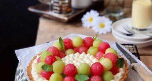 طرز تهیه دسر میوه ای تابستانی شامل تارت و کرم کاسترد با برش های میوه