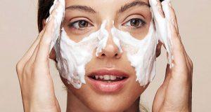 فوم شستشوی صورت چیست | نحوه استفاده از فوم شستشو و فواید آن