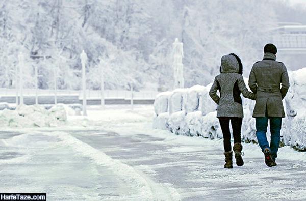 عکس دونفره راه رفتن روی برف در زمستان
