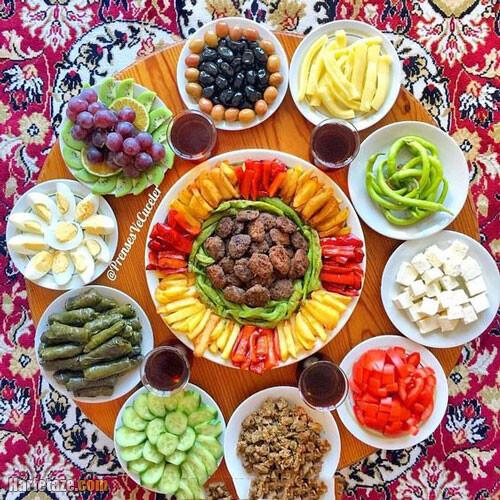 عکس تزیین سفره افطاری روی سینی گرد